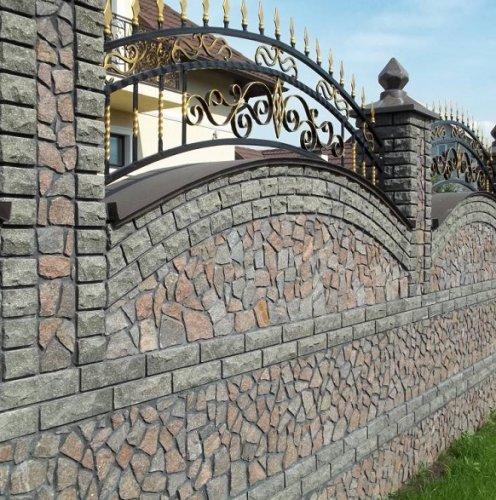 Каменный забор с ковкой