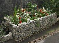 Декоративные клумбы из габионов фото.